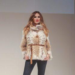 Jessica Bueno desfilando con un look del diseñador Tony Fernández