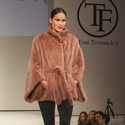 Mireia Canalda desfilando con un look del diseñador Tony Fernández