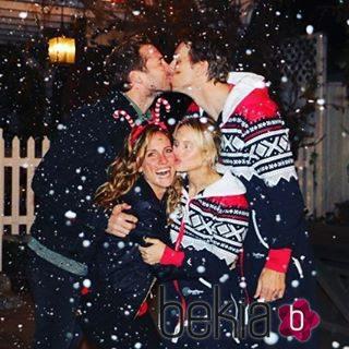 Kristen Bell y Ryan Hansen disfrutan de una velada navideña con sus respectivas parejas