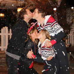 Kristen Bell y Ryan Hansen disfrutan de una velada navideña con sus parejas