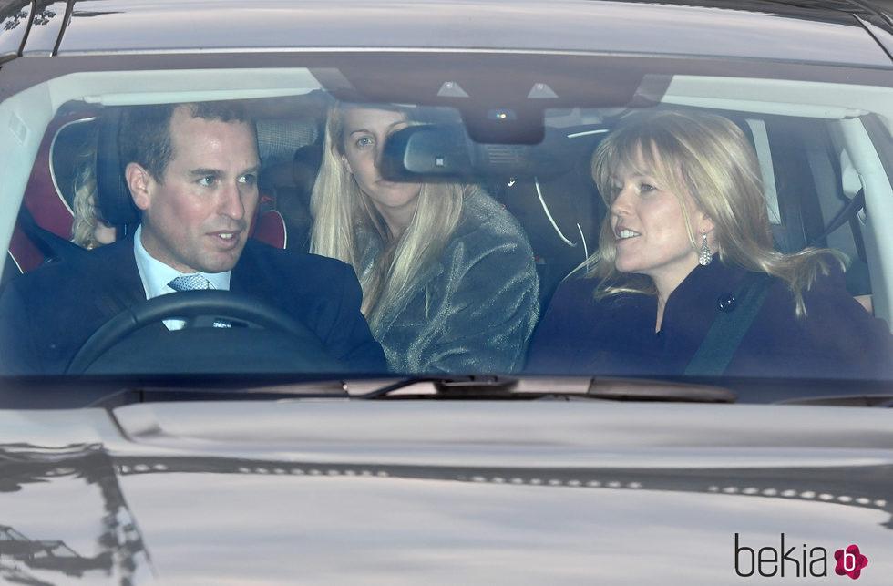 Peter Phillips y Autumn Kelly en el almuerzo prenavideño en Buckingham Palace