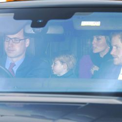 El Príncipe Harry, los Duques de Cambridge y el Príncipe Jorge en el almuerzo prenavideño en Buckingham Palace