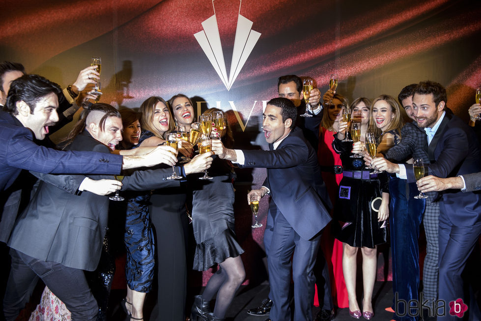 Actores de 'Velvet' brindando en la fiesta por el final de la serie