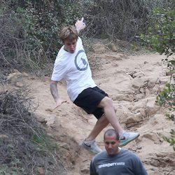 Justin Bieber cae al suelo mientras hace deporte