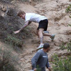 Justin Bieber se cae el suelo en una colina
