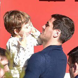 Iker Casillas con su hijo Martín en brazos
