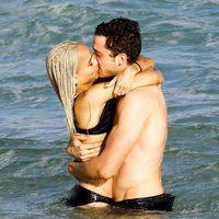 Zoë Kravitz y Karl Glusman disfrutando de la playa de Miami