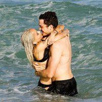 Zoe Kravitz besándose con Karl Glusman