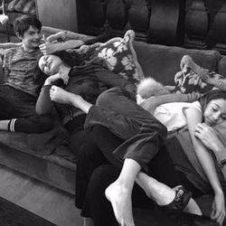 Catherine Zeta-Jones y Michael Douglas tumbados en el sofá junto a sus hijos