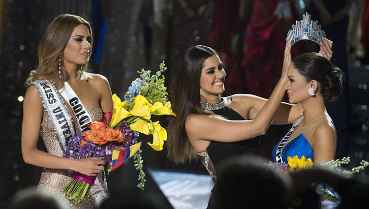 La exmiss Universo le entrega la corona a Miss Filipinas tras un error