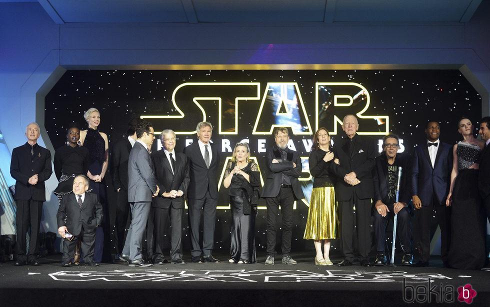 El elenco de 'Star Wars: El despertar de la fuerza' durante el estreno europeo