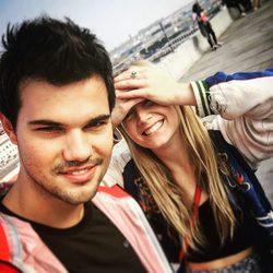 Taylor Lautner y Billie Lourd posando juntos