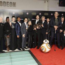 El reparto de 'Star Wars: El despertar de la fuerza' durante el estreno europeo