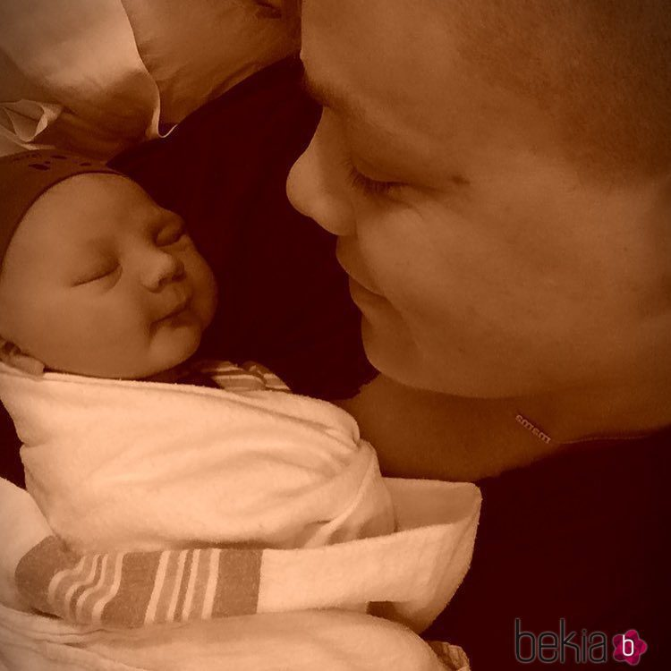 Pink mostrando a su hijo Jameson Moon Hart
