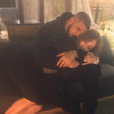Drake y Jennifer Lopez en actitud muy romántica