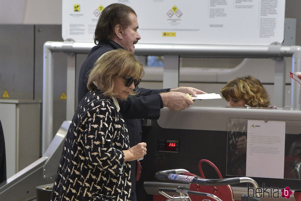 María Teresa Campos y Bigote Arrocet en el mostrador del aeropuerto
