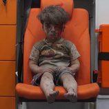Omran Daqneesh inmóvil después de sobrevivir a un bombardeo en Siria