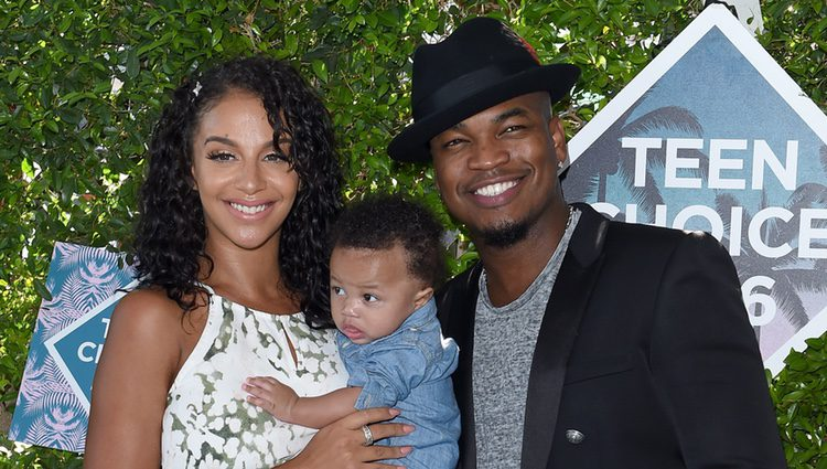 Ne-Yo y Crystal Renay con su hijo Shaffer Chimere Smith Jr en los Teen Choice Awards 2016
