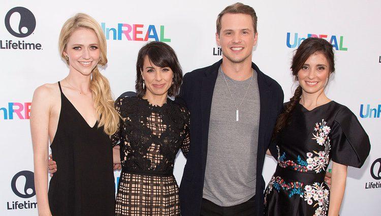 Actores de la serie 'UnREAL' en un photocall