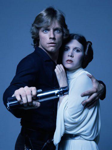 Carrie Fisher y Mrk Hamill en una foto promocional de Star Wars