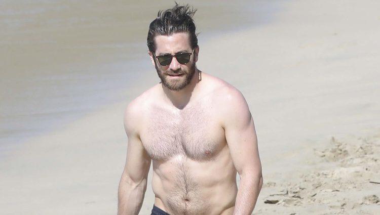 Jake Gyllenhaal paseando con su cuerpo al sol por las playas de San Bartolomé