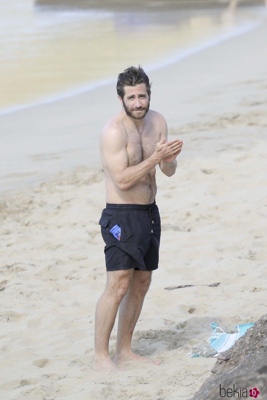 Jake Gyllenhaal untándose crema por su torso en las playas de San Bartolomé