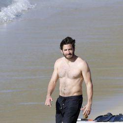 Jake Gyllenhaal luciendo su cuerpo mientras da un paseo por la orilla de la playa