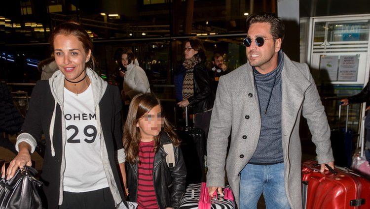 Paula Echevarría, David Bustamante y su hija Daniella regresan de Gran Canaria