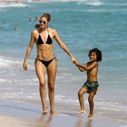 Doutzen Kroes luciendo cuerpazo en las playas de Miami junto a su hijo