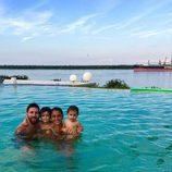 Leo Messi y Antonella Roccuzzo felicitando 2017 con sus hijos desde una piscina en Argentina