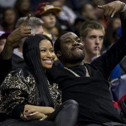 Nicki Minaj y Meek Mill muy cariñosos en un partido de la NBA
