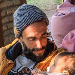 Juanma ('GH15') posando junto a su hija Natura por su tercer mes de vida
