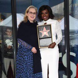 Viola Davis recibiendo su estrella del Paseo de la Fama de Hollywood con Meryl Streep