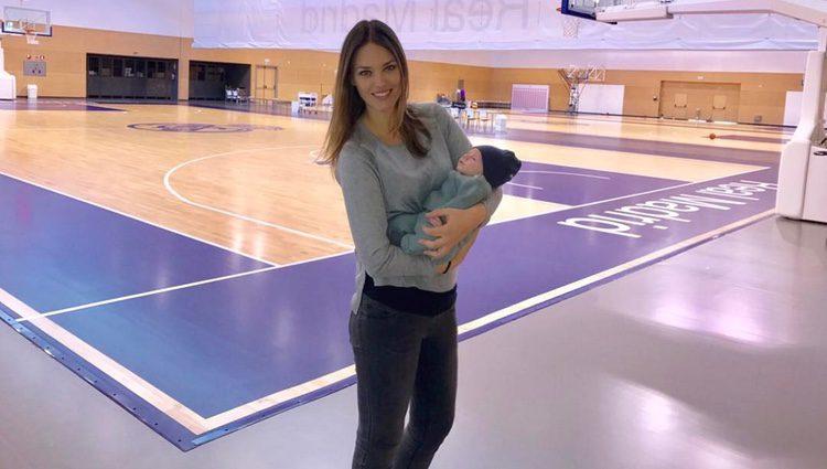 Helen Lindes y su hijo Alan en un entrenamiento del Real Madrid de baloncesto