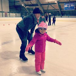Bruce Willis disfruta del patinaje sobre hielo con su hija Mabel