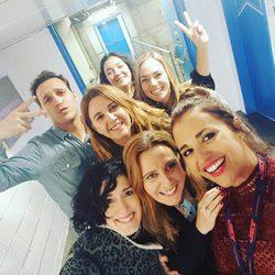 Paula Echevarría y Ricard Sales ('Gran Reserva') junto a otras personas