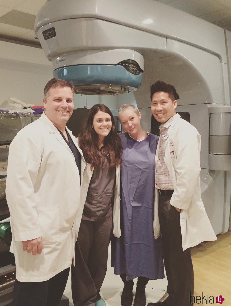 Shannen Doherty junto al equipo médico con el que se somete a radioteparia