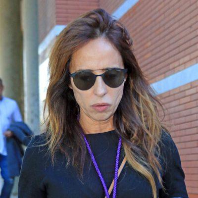 María Patiño desolada en el funeral de su padre en Sevilla