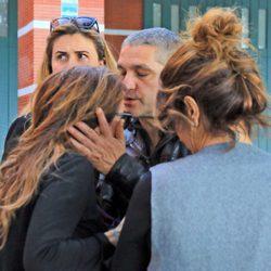 Raquel Bollo, Gustavo González y Carlota Corredera acompañando a María Patiño en el funeral de su padre