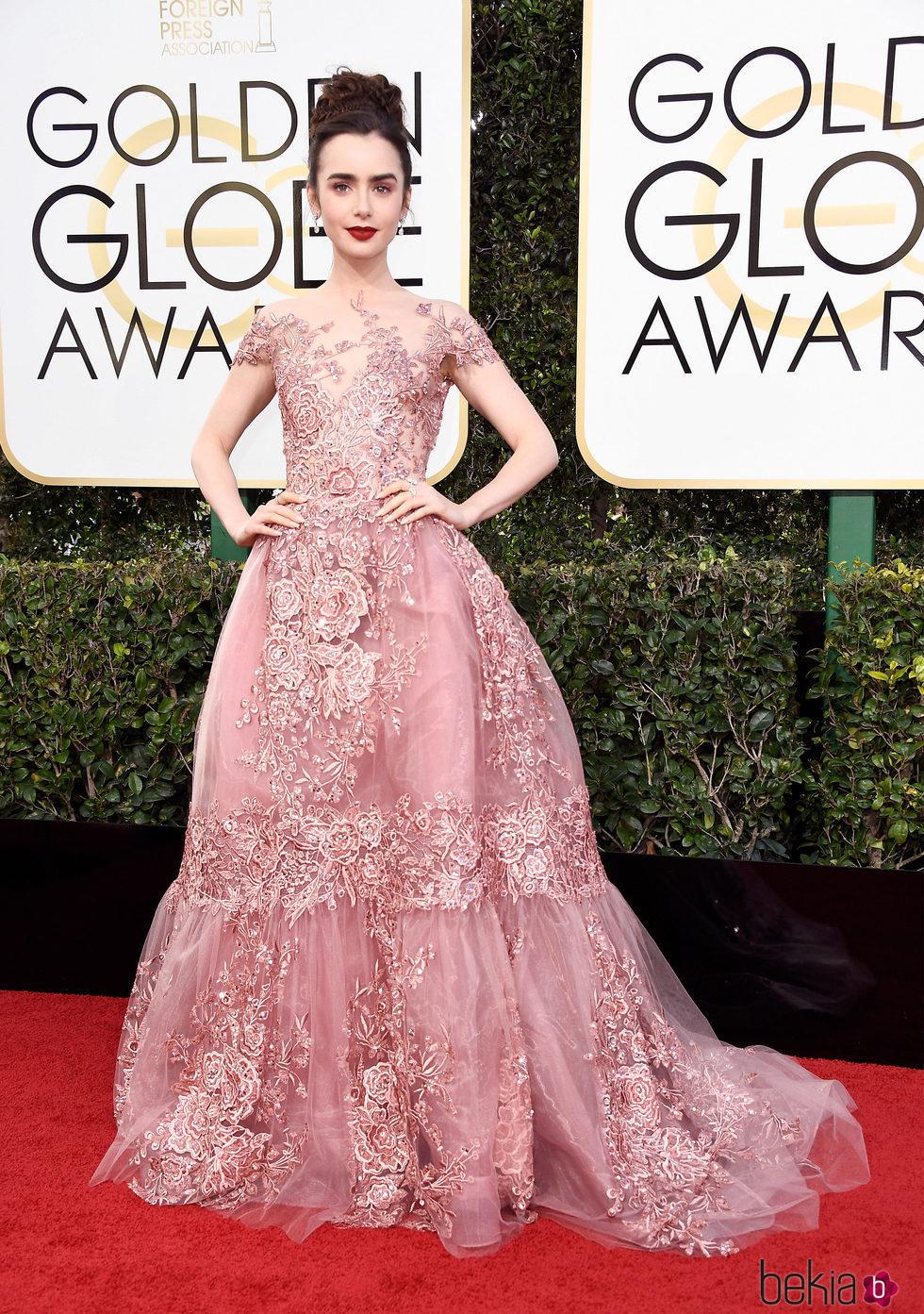 Lily Collins en la alfombra roja de los Globos de Oro 2017