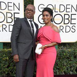 Courtney B. Vance y Angela Bassett en la alfombra roja de los Globos de Oro 2017