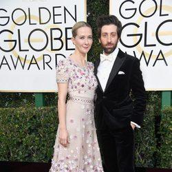 Simon Helberg y Jocelyn Towne en la alfombra roja de los Globos de Oro 2017