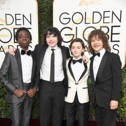 Los niños de 'Stranger things' en la alfombra roja de los Globos de Oro 2017