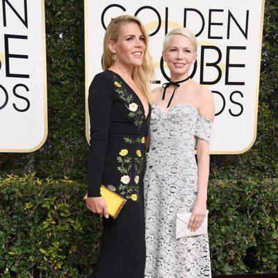 Busy Philipps y Michelle Williams en la alfombra roja de los Globos de Oro 2017
