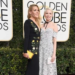 Busy Philipps y Michelle Williams en la alfombra roja de los Globos de Oro 2017