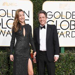 Hugh Grant y Anna Elisabet en la alfombra roja de los Globos de Oro 2017