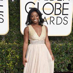 Simone Biles en la alfombra roja de los Globos de Oro 2017