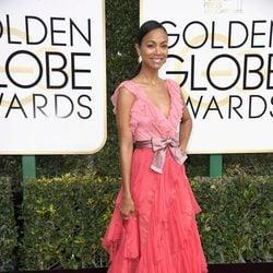 Zoe Saldana en la alfombra roja de los Globos de Oro 2017