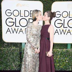 Sarah Paulson besa a Amanda Peet en la alfombra roja de los Globos de Oro 2017