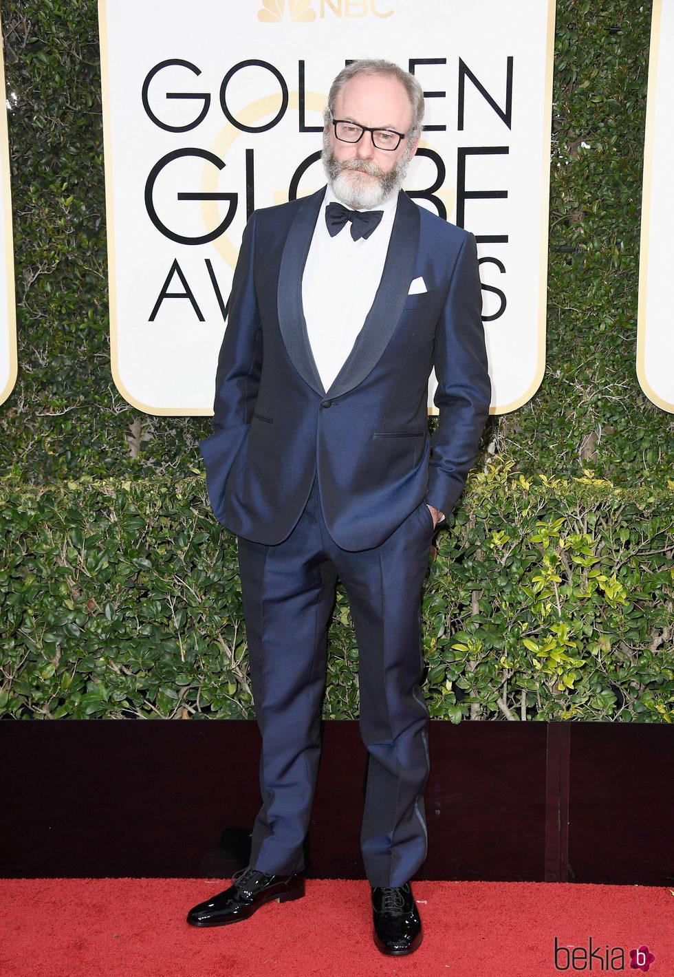Liam Cunningham en la alfombra roja de los Globos de Oro 2017